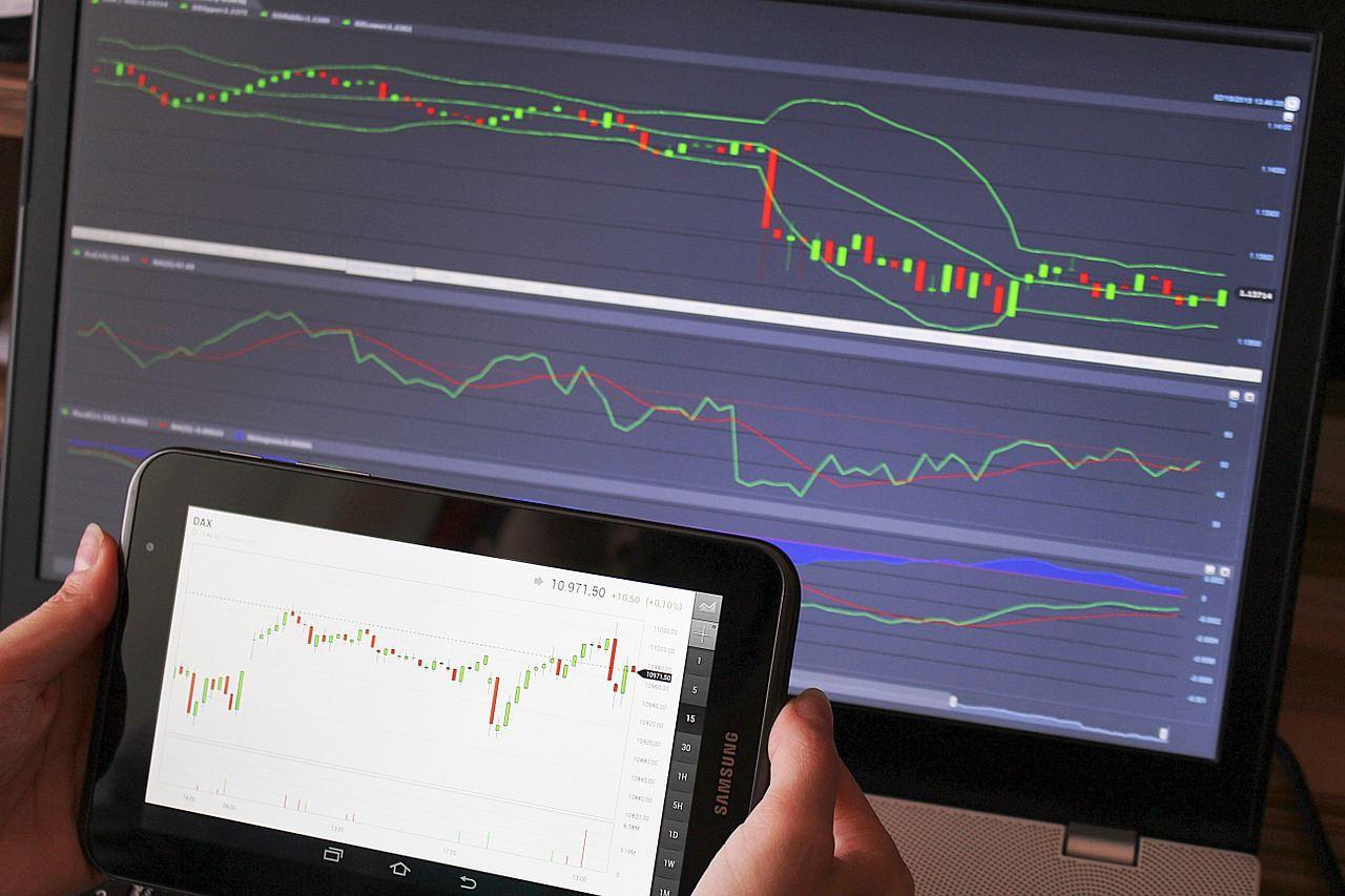 trader, trading, tradeři, traderů, manitor, graf, kurz, analytik