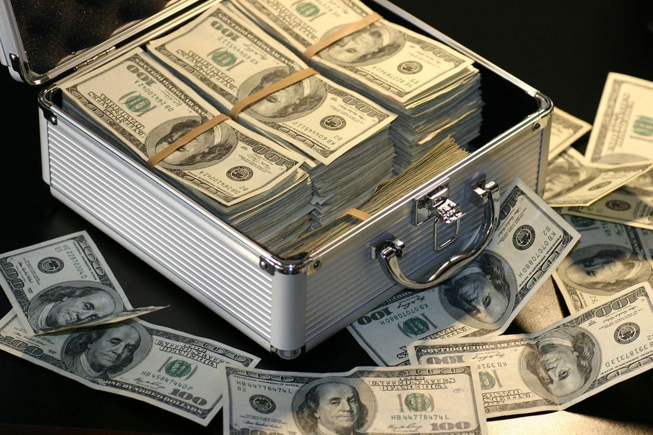 money, peníze, kufr peněz, tvorba peněz, banka